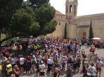 Fin de la marcha en el Castell de St. Martí Sarroca. Satisfacción, vino, ambiente festivo.