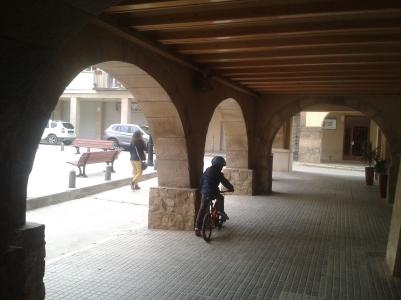 Paseo en bici por els porxos de Linyola