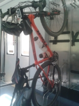 Los trenes de la R3 a Ripoll tienen un espacio específico para bicis, muy bien pensado.