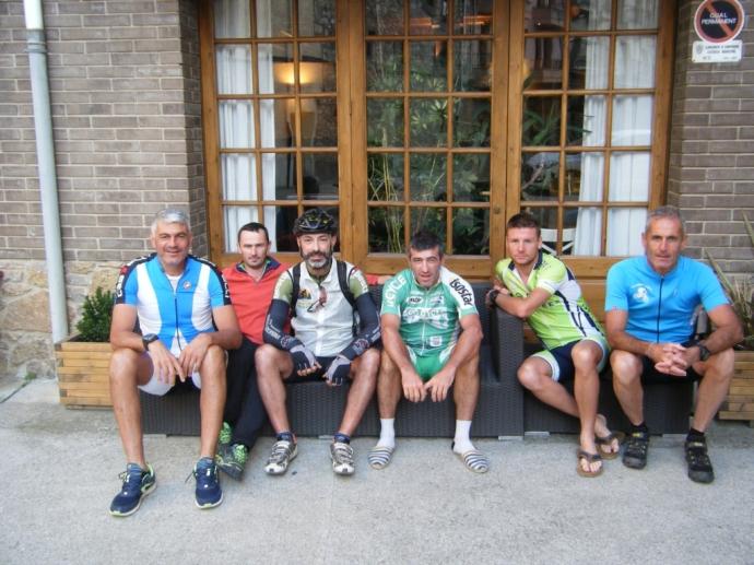 Foto de grupo con los franceses transpirenaicos antes de comenzar nuestra aventura.