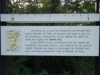 Inscripción sobre el cruce con el Meridiano de París y la definición del metro.