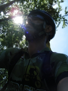Autoretrato camino de Bellmunt. El sol empieza a picar... fuera chaleco!