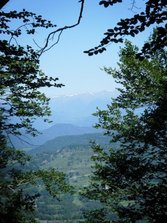 Vistas del Pirineo desde el camino a Bellmunt, aún con nieve en algunos picos.