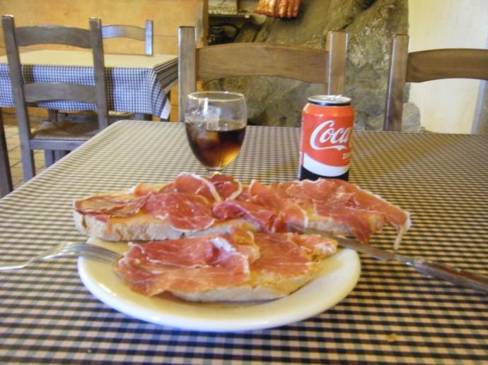 Almuerzo en el Restaurant Bar del Santuari de Bellmunt, con unas vistas excepcionales. Muy recomendable la visita.