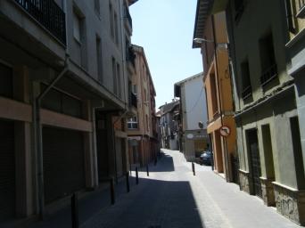 Paso por el Casc Antic de Roda de Ter... calles solitarias... mucho calor...