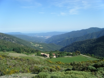 Ya descendiendo hacia Collformic, vistas del Mediterráneo y la Serralada del Litoral.