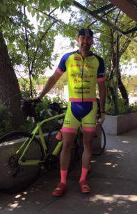 Ramón, buen amigo, gran ciclista y mejor persona, luciendo el traje del equipo Logintia para el reto. Será fácil identificarles.
