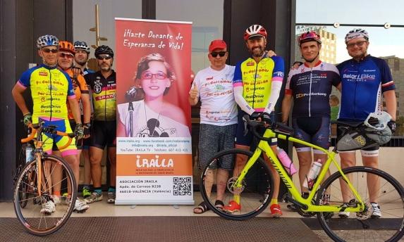 Imagen final del equipo completo, Ramón y José, grandes vencedores del reto, los 'gregarios' por un día, y la fundación Iraila, en Pl. Espanya.