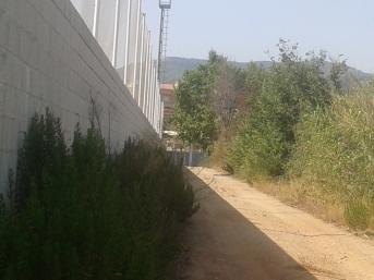 Camí darrera el camp de fútbol Can Sorts, una alternativa a seguir el camí de la riera.