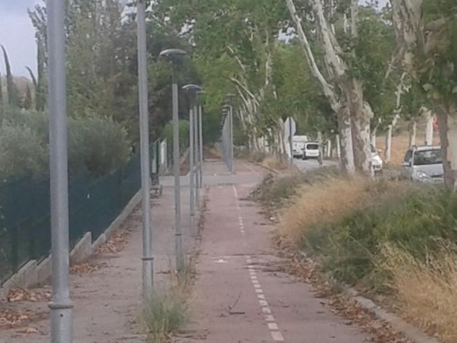 El carril bici permet accedir a l'escola i connectar amb el pas de vianants de Can Ramoneda, però no te continuitat amb la resta del municipi