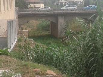 Descens a la Riera per passar sota el pont de la C1413, hi ha espai suficient per arranjar una rampa suau d'accés i connexió.