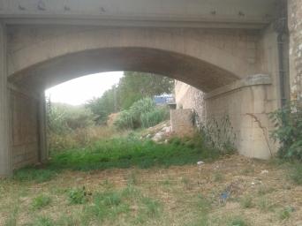 Pas inferior pel pont de la C1413, vist des del carrer Sabadell, hi ha espai de sobre i una senyalització avisant de perill de riuada seria suficient.