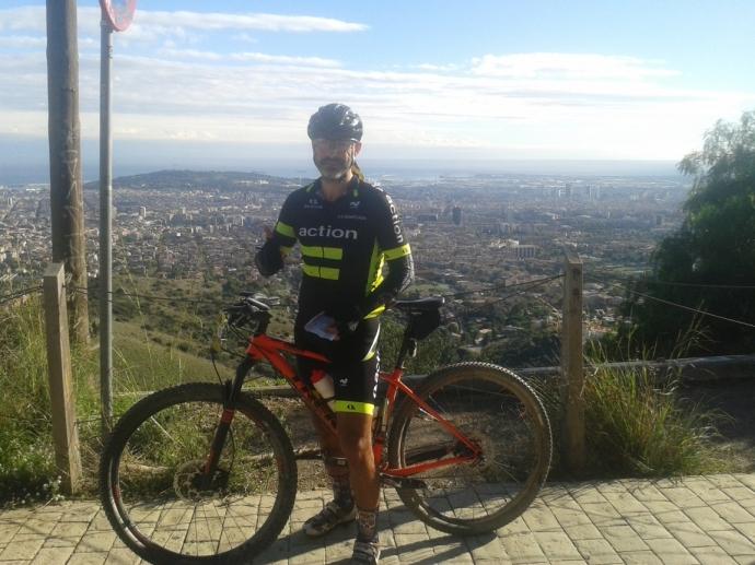Un pequeño alto en el camino para disfrutar de las vistas de Barcelona en un día inmejorable para pedalear
