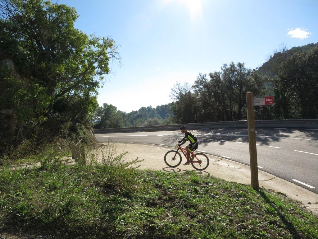 Cruce de la Carretera de Molins para entrar en uno de los tramos de sendero y mayor dificultad técnica de la marcha, prácticamente 100% ciclable.
