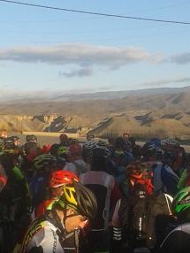 ...los riders impacientes y con ganas de pedalear por el imponente paisaje que se nos mostraba por delante.