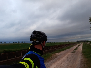 ... siguiendo el camino del Canal d'Urgell desde Bellpuig a Vilanova, de momento no llueve...
