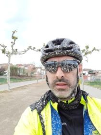 Detalle de casco, cara, gafas... no hay hueco sin fango.