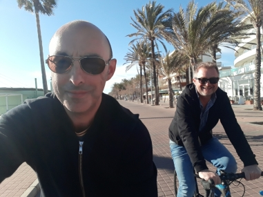 Con Jimmy dando los primeros pedales por el paseo del Arenal. De calle también se puede ser ciclista.