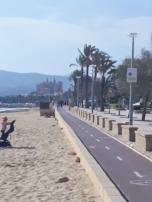 El paseo marítimo de Palma es una gozada, pedalear calmado, con olor a mar, Mediterráneo y buenas vistas.