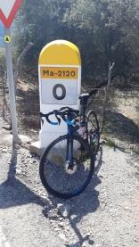Un pequeño alto a mitad de la ascensión al Puigmajor. Siempre habrá un km. 0.