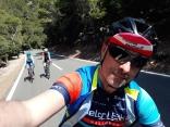 A los pedales de dos grandes: Jose Palomares, competidor de ultra fondo, y Jimmy. Compartimos una ascensión muy tranquila.