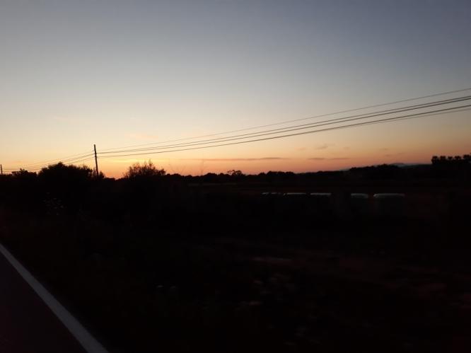 Mi primer atardecer sobre el suelo, primeros pedales de sol a sol, toda una experiencia, y muy buenas sensaciones. Se acerca la noche....
