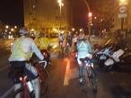 Últimos metros, todos juntos. Curiosa imagen, una ciudad que comienza la fiesta y la noche... unos ciclistas que finalizan su festival.