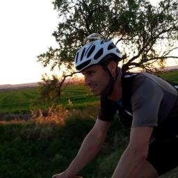 Avanzando dirección Fraga, compartimos la puesta de sol sobre ruedas.
